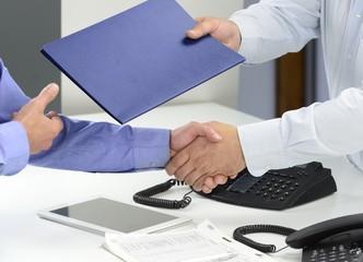 握手交文件的的商务男人